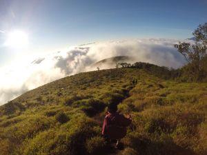 Melangkah turun, kembali ke bawah awan